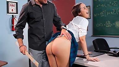 Colegiala sexy follada por su profesor en el aula