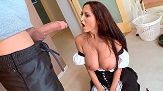 Encuentra a su marido follando a la sirvienta