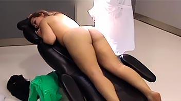 Española follando al ginecólogo con su marido esperando