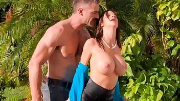 Esposa se folla al vecino con el marido esta en casa