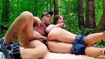 Follando a su novia en el medio del bosque