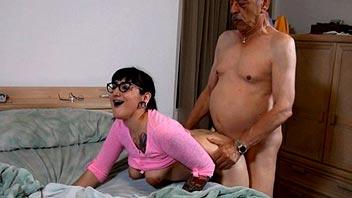 Jovencita se folla al padre de su novio