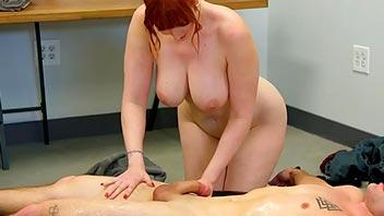 El masaje lo hace desnuda y se deja follar duro
