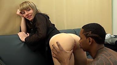 Negro desvirga el culo de una jovencita española