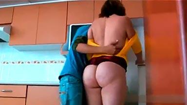 Obliga a follar a la madre de su amigo en la cocina