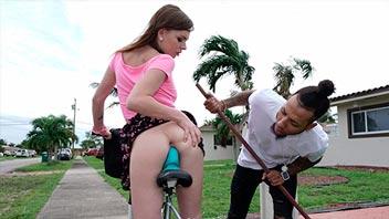 Pilla a su vecina montada en una bicicleta con pene